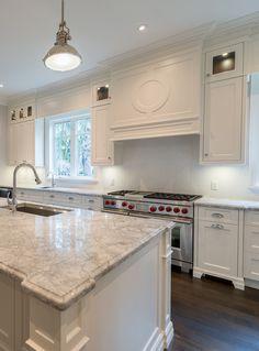 Super white granite, white granite kitchen, cream kitchen cabinets, white g Cream Kitchen Cabinets, Kitchen Cabinets Pictures, White Kitchen Backsplash, Granite Kitchen, Kitchen Countertops, Dark Cabinets, Kitchen Island, Super White Granite, Light Granite