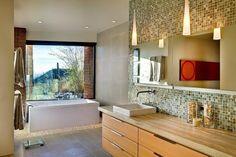 salle de bains avec mosaïque murale neutre, bois et briques