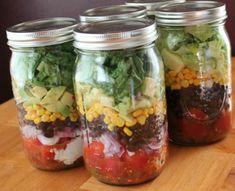 Salade composée dans un pot en verre.14 Idées de repas gourmands et healthy à emporter dans un bocal en verre