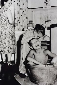 The old days.so happy! Saturday night bath, in a house with no plumbing, you haul in the water, heat it up on the stove, and the cleanest kid bathed first. Vintage Pictures, Old Pictures, Old Photos, Retro Mode, Interesting History, The Good Old Days, Vintage Photographs, Vintage Children, Historical Photos