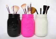 Via:LuckyMagazine Nine Genius Ways To Organize Your Beauty Products Mason jars make great makeup brush holders. (Add a little something extra by painting them to match your room's color scheme. Maquillaje Diy, Do It Yourself Baby, Ideas Para Organizar, Makeup Brush Holders, Painted Mason Jars, Mason Jar Crafts, Makeup Organization, Makeup Storage, Diy Storage