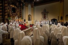 Momento di preghiera all'interno della Chiesa del Santo Sepolcro, durante la celebrazione della Santa Messa (Settimana Santa). Holy Week, Holi, Santa, Traditional, Holi Celebration