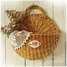 `Летний сад` Корзиночка настенная. Настенная корзиночка полностью сплетена из бумаги, легкая и прочная, теплого натурального цвета, украшена винтажной бирочкой. Легко выдержит большой вес. Эта корзиночка напоминает мне летний сад, много цветов и солнца, пение птичек...