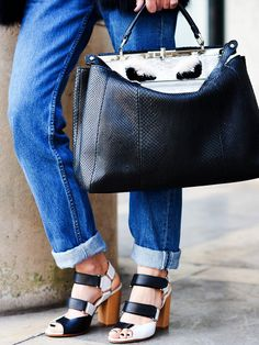 """""""Peek a Boo"""" von Fendi: Das Erste, was einem bei der Tasche auffällt ist, dass die meisten sie halb offen tragen. Die sonst sehr klassische Fendi-Bag wirkt dank der """"offenen Klappe"""" hipper, jünger und unangestrengter."""
