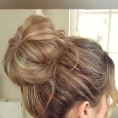 """How to make the perfect quick """"Messy Bun"""" 😍 love it to the gym! Wish I learned this sooner! Tag your girlfriends! Short Hair Bun, Short Brown Hair, Natural Hair Updo, Natural Hair Styles, Quick Messy Bun, Perfect Messy Bun, Quick Hair, How To Bun, Medium Hair Styles"""