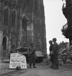 "Keulen. fotograaf Lee Miller. Lee Miller: ""SIGHT SEERS KEEP OUT"", US-Soldaten vor dem Kölner Dom, 1945"