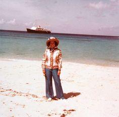 Ein lange unbekanntes und nicht datiertes Bild zeigt die Queen an einem tropischen Strand – im Hintergrund die königliche Jacht Britannia. Das Bild wurde 2008 an einer Auktion angeboten.