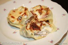 I nidi di rondine sono un gustoso piatto di pasta al forno, arricchito da prosciutto, funghi e besciamella, tipico della cucina romagnola