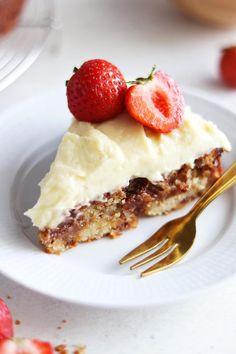 Saftig daimkaka med vaniljkräm Juicy daimcake with vanilla cream Best Dessert Recipes, Delicious Desserts, Cake Recipes, Yummy Food, Danish Dessert, My Dessert, Cookie Desserts, No Bake Desserts, Grandma Cookies