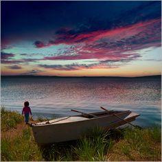 О маленькой девочке и большом небе.... Хакасия. На берегу озера Беле. #ассоль #Багровый #беле #берег #Большой #вечер #вода #Далекий #Даль #девочка #Ждать #Закат #Зеленый #коллаж #Красный #лодка #Маленький #Небо #Облака #озеро #Оранжевый #отдых #Отражения #пейзаж #природа #путешествия #ребенок #Синий #Трава #Тучи #хакасия Автор: Дмитрий Антипов