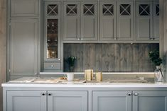 Kjøkkenøya åpner opp mellom kjøkken og spiseplass. Kitchens, Kitchen Cabinets, Bespoke, Cottage, Interior Design, Home Decor, Palette, Cave, Kitchen Cupboards