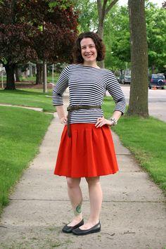 #Blusa a rayas, #falda naranja y #zapatos bajos. Combinación de @Already Pretty.