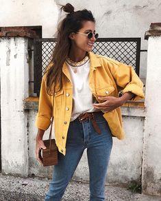 Musa do estilo: María Valdés. Jaqueta jeans amarela, t-shirt branca, cinto caramelo, bolsa de palha retangular, calça jeans