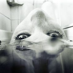 Bw black and white tub water reflection eyes self portrait Foto Portrait, Portrait Photography, Artistic Photography, Macabre Photography, Dark Portrait, Portrait Ideas, Underwater Photography, Creative Photography, Foto Glamour