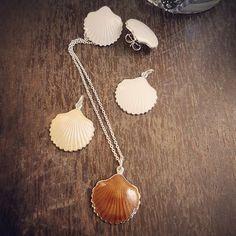 Håndlagde Skjellsmykker i sølv og emalje fra Opro - norske emaljesmykker. Enamel Jewelry, Jewellery, Pendant Necklace, Handmade, Nature, Jewels, Schmuck, Craft, Jewelry Shop