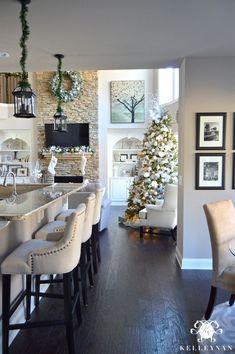 Choinka i świąteczne dekoracje w aranżacji części dziennej domu
