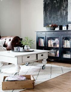 Koti kaupungin laidalla: Uusi olohuoneen matto muutti meille Room Colors, Colours, Living Rooms, Living Spaces, Scandinavian Living, Library Ideas, Interior Exterior, Minimalist Decor, End Tables