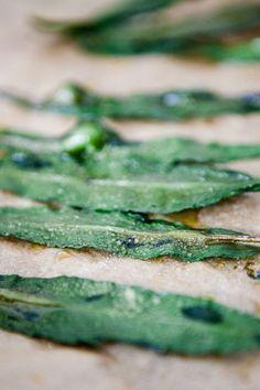 Wild garlic chips - kitchen chaotin - Wild garlic chips – www. Vegetable Recipes, Chicken Recipes, Garlic Chips, Wild Garlic, Eat Smart, Food Blogs, Finger Foods, Food Inspiration, Vegan Recipes