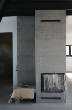 Kominek betonowy Modern Stone Fireplace, Pizza Oven Fireplace, Pivot Doors, Wall Cladding, Building A Deck, Interior Design Living Room, Foyer, House Design, Architecture