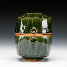 Warren MacKenzie. @Deidré Wallace. A North American studio potter who apprenticed with his wife under Bernard Leach from 1949-1952. He went on to train several potters himself.