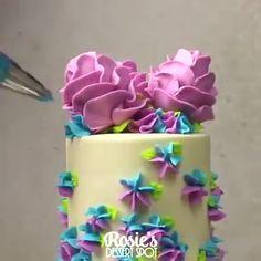 How to make buttercream roses on cake pops! Credit: Rosie's Dessert Spot How to make buttercream roses on cake pops! Cupcake Rose, Rose Cake, Cupcake Cakes, Roses On Cake, Cake Decorating Videos, Cake Decorating Techniques, Cookie Decorating, Buttercream Decorating, Cake Pops