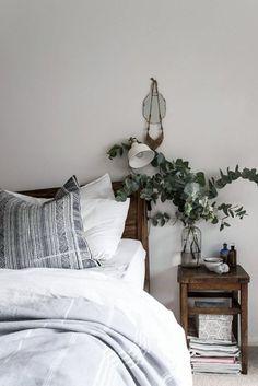 心を落ち着かせてくれるユーカリは、ベッドサイドに活けても良いですね。白いベッドリネンとグリーンは相性抜群。素敵な空間も演出できます。