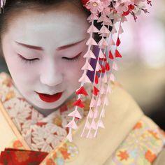 geisha / face / make up / hair / kyoto / japan / photo / japanese who is michael kors Photo Japon, Japan Photo, Japanese Geisha, Japanese Art, Geisha Japan, Japanese Kimono, Massage Facial, Geisha Makeup, Memoirs Of A Geisha