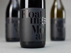 Black on Black, sobre botella de vino, elegancia en una tinta brillo sobre papel mate. #black