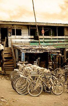 Tienda de bicicletas, Naivasha -   Bicycle shop, Naivasha (August 2005)    www.vicentemendez.com