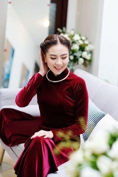 Mái tóc buộc nửa đầu theo phong cách của phụ nữ Hà thành cổ cùng chiếc kiềng bạc mang đến sự thanh lịch, nữ tính cho Mai Ngọc.