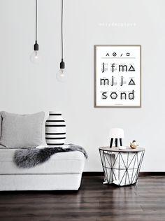 Un salón con distintas opciones de fotos o póster en sofá |
