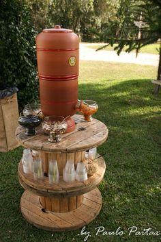 Um filtro de ´gua de barro ficou a disposição dos convidados e os carretéis de madeira serviram como apoio para copos e as mais variadas frutas secas...
