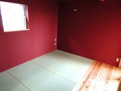 赤い壁に畳