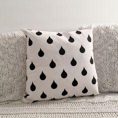 ALMOHADON PATTERN - GOTAS. Lona de algodón color crudo. Estampado con serigrafia en color negro. Medidas: 30 x 30 cm/ 40 x 40 cm. Funda + relleno.