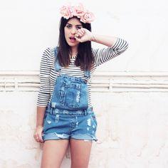 jardineira jeans e coroa de flores