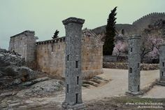 Castelo de Numão Junto à porta principal as ruínas da Igreja de Santa Maria do Castelo (em estilo românico).  Numão, concelho de Vila Nova de Foz Côa, Douro Superior, distrito da Guarda, Portugal