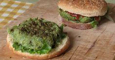 Come preparare in casa i burger di quinoa e broccoli, hamburger vegetariani e vegani da gustare al piatto o per farcire paniani (senza glutine)