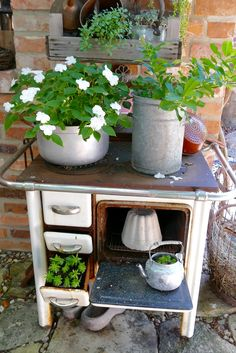 Planted objects from scrap - Karin Urban - NaturalSTyle- Bepflanzte Objekte vom Schrott – Karin Urban – NaturalSTyle old oven - Cottage Garden Plants, Garden Pots, Patio Plants, Indoor Plants, Alter Herd, Old Stove, Garden Deco, Diy Décoration, Plantar