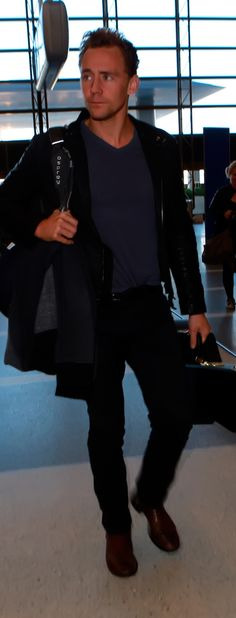 Tom Hiddleston departing on a flight at LAX airport in Los Angeles. Full size image: http://ww1.sinaimg.cn/large/6e14d388gw1ez8jm5to08j22aw2w8e81.jpg Source: Torrilla, Weibo