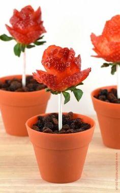 Recetas dulces con fresas pa ra el Día de la Madre. Unos cortes en las fresas y tenemos preciosas flores.