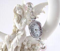 Modulperlen Armbanduhr, silberfarben mit Straßsteinen am Gehäuse. Mit 3 rosafarbenen Modulperlen aus Glas, 6 silberfarbenen Stardust-Perlen aus Met...