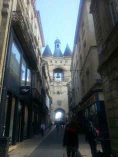 Rue Saint-James, la grosse cloche et des tas de boutiques hyper hipe !