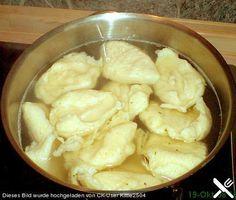 Chefkoch.de Rezept: Mehlklöße, wir kochen sie nur in Wasser und reichen dazu Apfelkompott und angebratene Semmelbroesel. Das ist ein einfaches Freitagessen