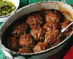 Reline du Toit van Durbanville sê haar kroos smul behoorlik as sy hierdie sappige frikkadelle voorsit mel rys en groenertjies. Die frikkadelle smaak glad nie na maalvleis wat met brood gerek is nie… South African Dishes, South African Recipes, Ethnic Recipes, Mince Recipes, Cooking Recipes, Savoury Recipes, Meatball Recipes, Sausage Recipes, Kos