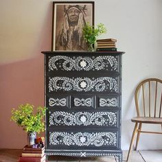 Dingley Dell Creative painted this piece using Chalk Paint® by Annie Sloan in Graphite and Old White, using the Old White to create a folky, American-Indian style design on the front of these charcoal coloured drawers. Graphite Chalk Paint, Distressing Chalk Paint, Chalk Paint Wax, Black Chalk Paint, Using Chalk Paint, Milk Paint, Stag Furniture, Furniture Update, Chalk Paint Furniture