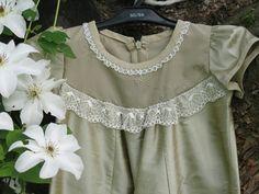 Dopklänning i olivgrönt sidentyg från Grace of Sweden. Christening gown from Grace of Sweden.