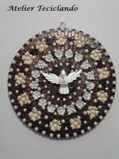 Teciclando Artes em Tecidos: Mandala com Divino Espirito Santo Faith Crafts, Liliana, Circle Art, Antique Pictures, Xmas Crafts, Holy Spirit, Handicraft, Sacramento, Santos
