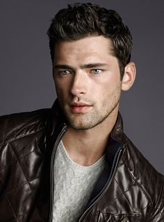 Massimo Dutti September Looks-Massimo Dutti taps top American model Sean O'Pry to model its latest lineup of smart fall looks for the month of September. Sean O'pry, Corte Hipster, Fashion Moda, Mens Fashion, American Male Models, Black Leather Biker Jacket, Look Man, Hommes Sexy, Handsome Faces