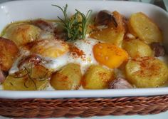 Patatas horneadas con huevos y ajos