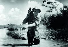 Adieu, camarade. «La caméra est au cinéaste ce que le fusil est au soldat : une arme », avait coutume de dire Pierre Schoendoerffer. Cette arme pacifique, il sut la manier comme personne pour montrer, raconter et sublimer les blessures de l'armée française pendant et après les guerres d'Indochine et d'Algérie : La 317e Section, Le Crabe-Tambour, L'Honneur d'un capitaine, Diên Biên Phu